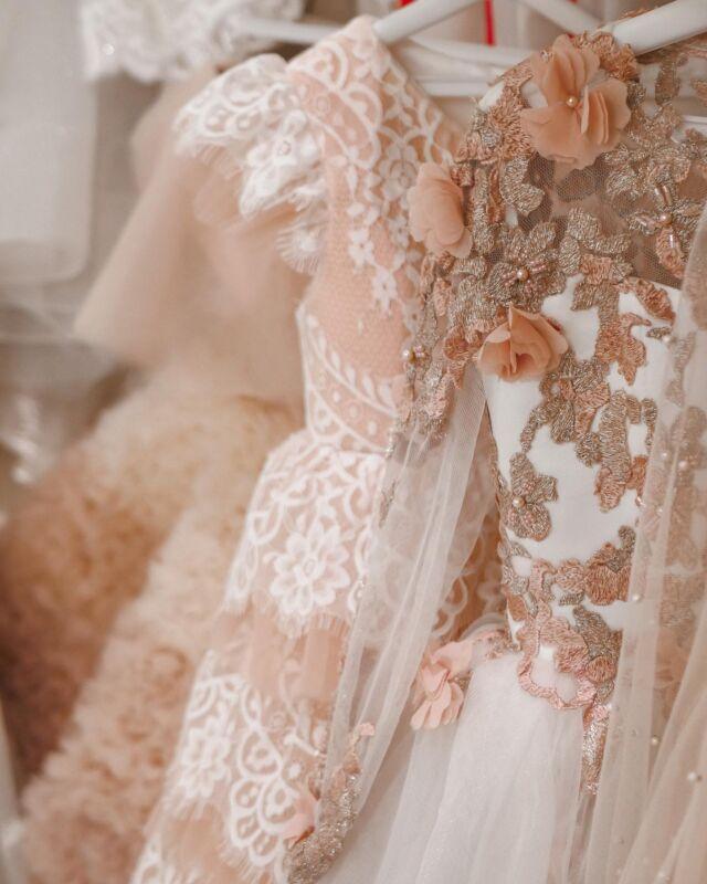 """💭 """"Wedding World"""" @wedding_world.kiev салон повного циклу, в якому представлені:   ♡ весільні сукні від 400$ ♡ вечірні сукні 300$ ♡ дитячі сукні від 200$ ♡ брендове взуття від 250$ ♡ фати від 100$ ♡ пеньюари від 200$ ♡ накидки від 150$ ♡ весільні букети від 900 грн   💭 Наші переваги: більше 200 суконь в наявності, власне виробництво, висока якість пошиття, унікальний модельний ряд, ювелірна ручна робота, безкоштовна підгонка по фігурі готових суконь, пошиття по фото або ескізу.   ___________♡𝒲𝑒𝒹𝒹𝒾𝓃𝑔𝒲𝑜𝓇𝓁𝒹♡___________   ⇓ Звертайся, наші менеджери допоможуть тобі підібрати ідеальний образ ⇓   ▪ """"Зв`язатися"""" у шапці профілю ✉ direct message 📞 +38(099) 118 21 75, Telegram, Viber ▼ вул. Антоновича, 44, ЖК """"Chicago""""   #свадебноеплатье #свадебноеплатьекиев #свадебноеплатьеукраина #купитьсвадебноеплатье #купитьсвадебноеплатьекиев #купитьсвадебноеплатьеукраина #свадебныйсалон #свадебныйсалонкиев"""